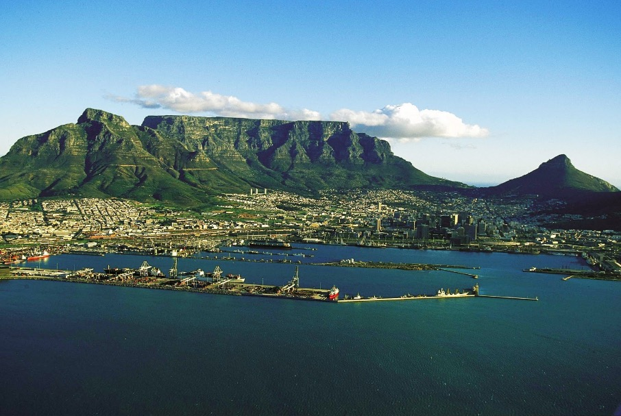 The green-covored Table Mountain in the background overlooks Cape Town and offers visitors the perfect aerial 360-degree view of the city